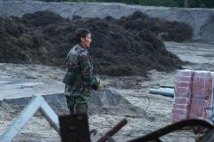 1 EOD ster brengt de Amerikaanse landmijn naar de gegraven kuil