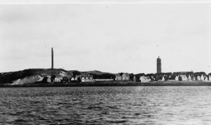 """Aangezicht West Terschelling tijdens WOII, met links op het Hoge Duin een zgn """"Fernsuchgereat"""" waarmee metingen tot wel 300 km konden worden verricht. Deze mast was bevestigd op de Wassermann B24 bunker."""